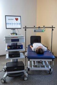 Die Messung von Herzschlag und Atmung erfolgt kontaktlos. Im BrainEpP-Projekt soll die Radartechnik allerdings unter dem Bett eingebaut werden.